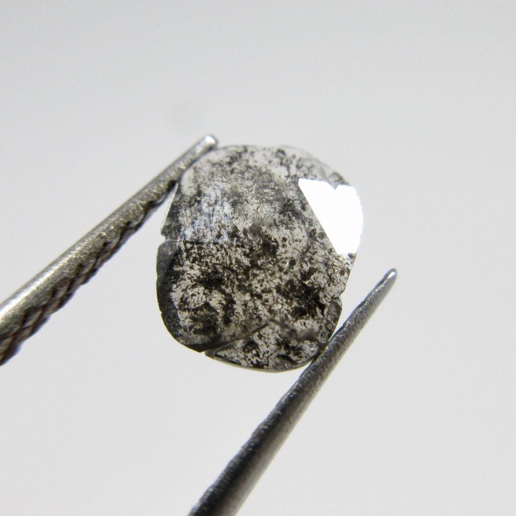 フラットカットのブラウンダイヤモンド